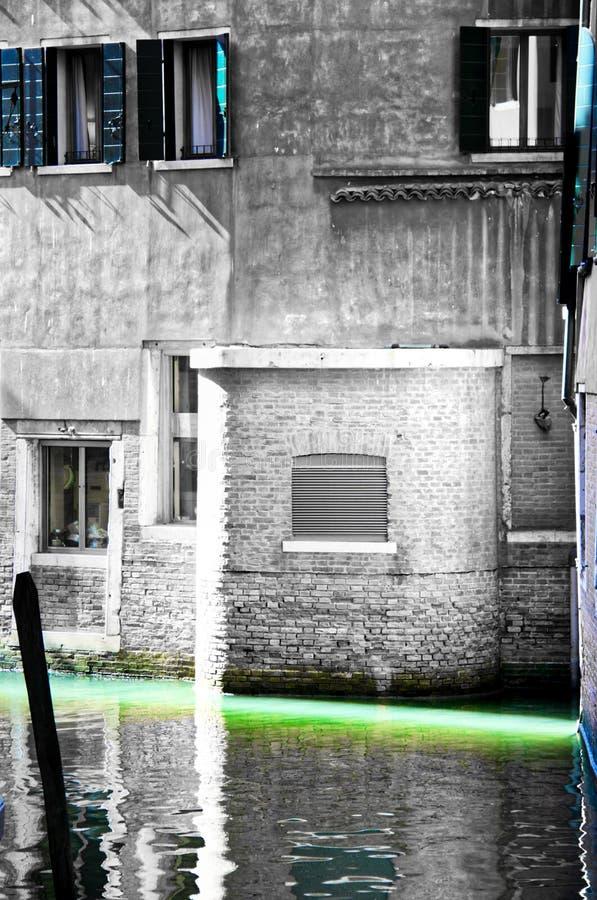 Leerer Venedig-Kanal ein Splitter der hellen und selektiven Farbe lizenzfreie stockbilder