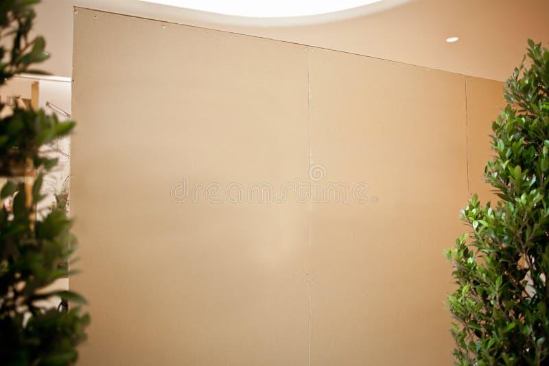 Leerer weißer Bodenfreier raum der Innenraumwand offen niemand Hausrahmenausgangsarchitektur-Kassen-Papierfensterlicht-Holzraum lizenzfreie stockbilder