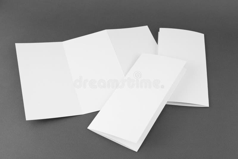 Leerer weißer faltender Papierflieger stockfotografie