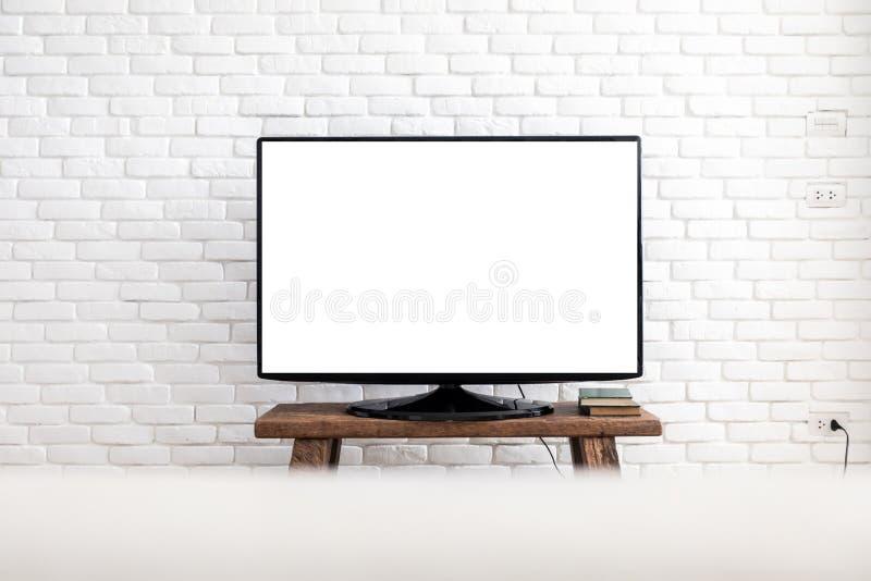 Leerer weißer flacher Fernsehschirm, der an einer weißen Wand hängt stockfoto
