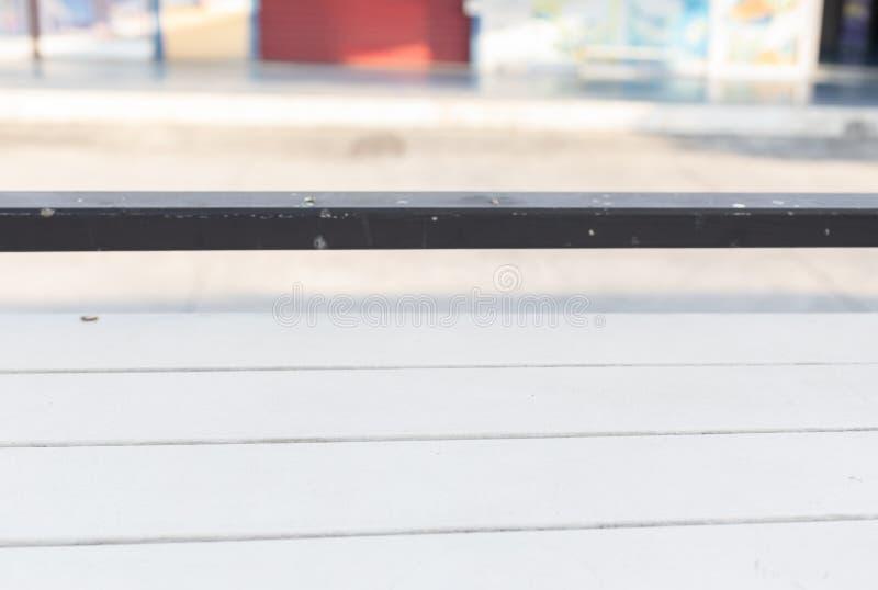 Leerer weißer Holztisch mit unscharfem Speicherhintergrund für Anzeigenprodukt stockfotos