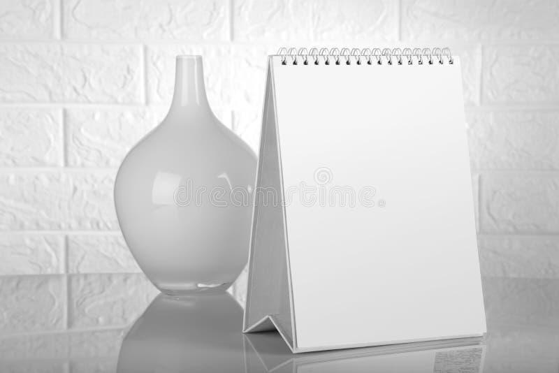 Leerer weißer Kalender für Modell mit einem Blumen-Vase stockbilder