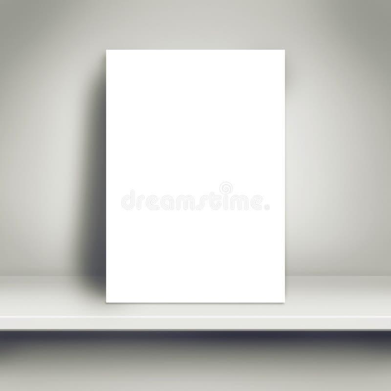 Leerer weißer Plakat-Spott oben auf weißem Regal lizenzfreie stockfotografie