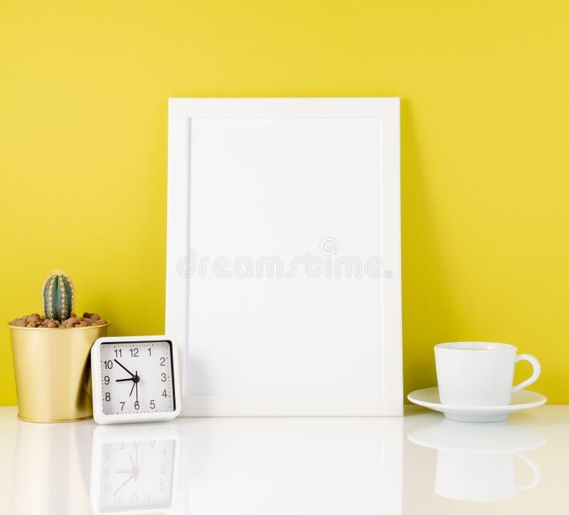 Leerer weißer Rahmen, Uhr, Succulent, Becher mit Tee oder Kaffee wieder lizenzfreies stockfoto