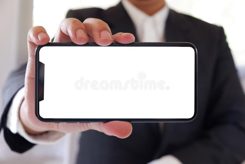 Leerer weißer Schirm Geschäftsmannholding Smartphone vorwärts für Ihren Text oder Bild lizenzfreie stockbilder