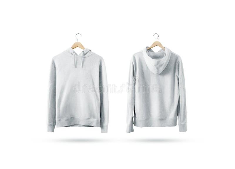 Leerer weißer Sweatshirtmodellsatz, der am hölzernen Aufhänger hängt lizenzfreies stockfoto
