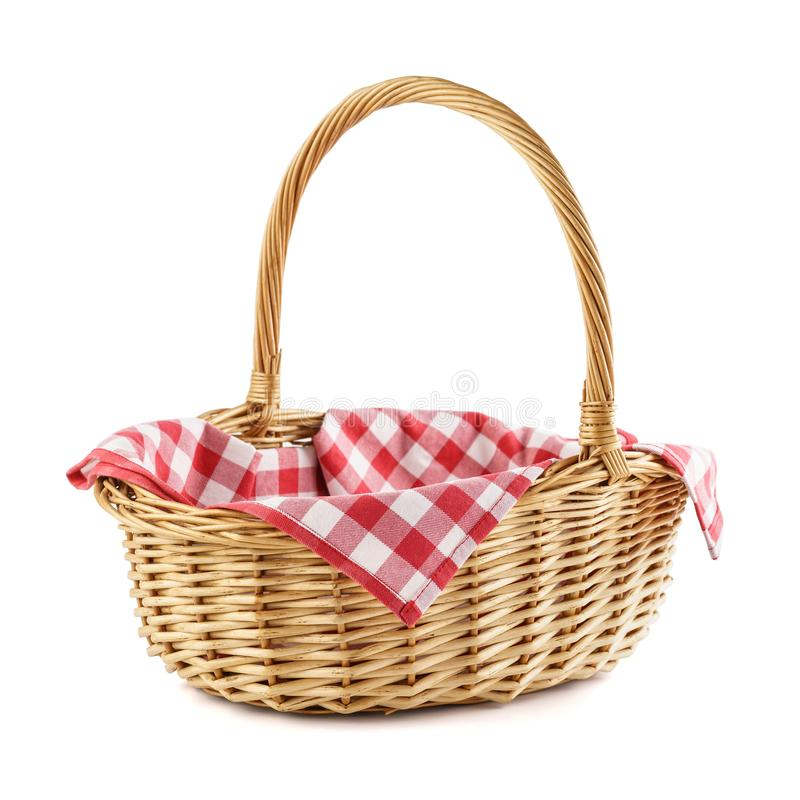 Leerer Weidenkorb mit roter karierter Tischdecke für Picknick stockbild