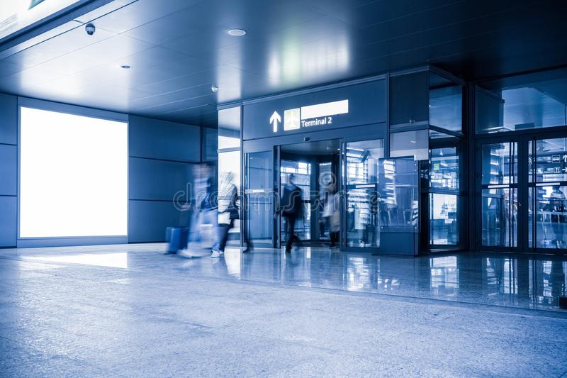 Leerer Werbungslampenkasten im Flughafenabfertigungsgebäude stockbilder
