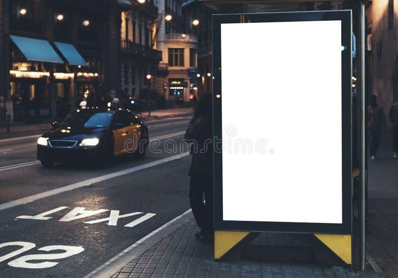 Leerer Werbungsleuchtkasten auf Bushaltestelle, Modell der leeren Anzeigenanschlagtafel auf Nachtbusbahnhof, Schablonenfahne auf  stockfotos