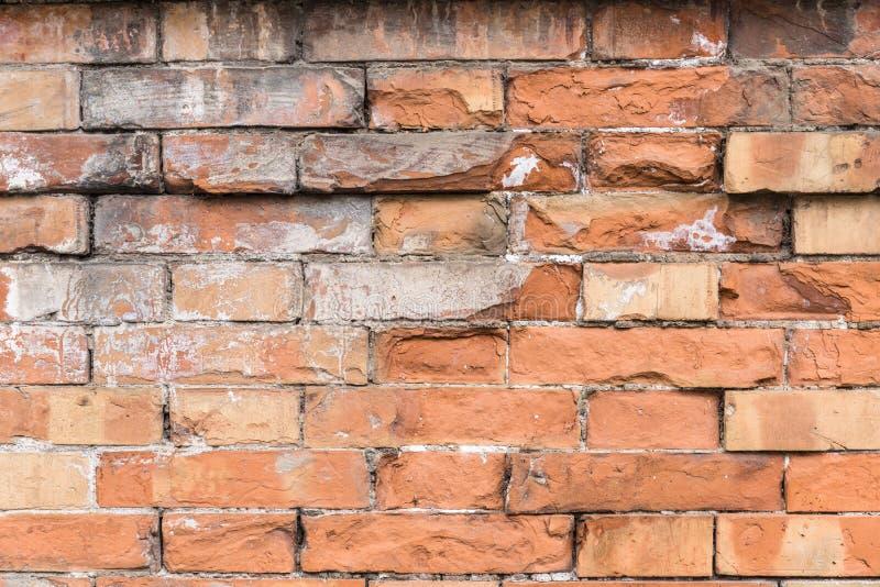Leeres altes Wand-Beschaffenheitsdetail des roten Backsteins Detail des alten h?lzernen Fensters stockfotografie