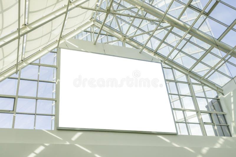 Leeres Anschlagtafelschild in der Spitze des offenen Einkaufszentrumbereichs lizenzfreie stockfotos