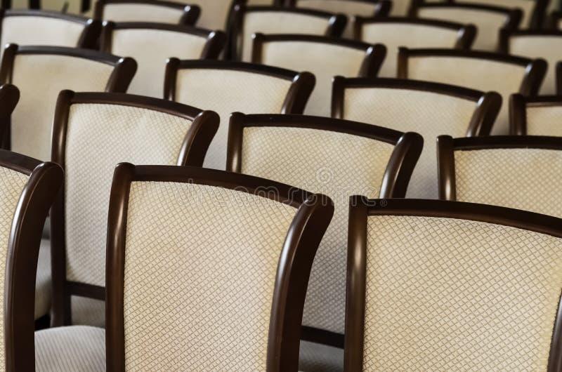 Leeres Auditorium Weiße Stühle verbreiteten heraus in Folge Leere Sitze im Theater stockbilder