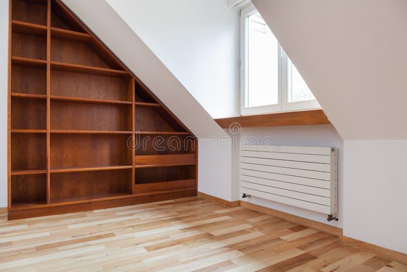 Leeres Bücherregal im Dachboden lizenzfreie stockbilder