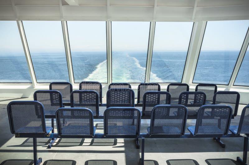Leeres blaues Metallfährenschiff setzt, wenn es den Ozean gegenüberstellt lizenzfreies stockfoto