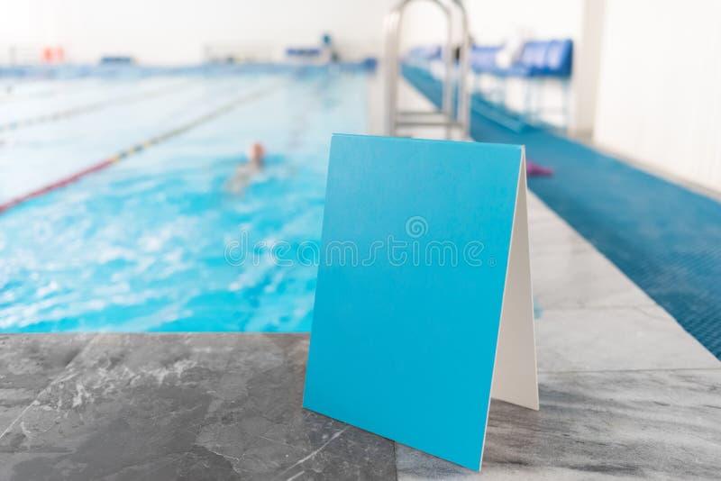 Leeres blaues Zeichen nahe dem Swimmingpool lizenzfreies stockfoto