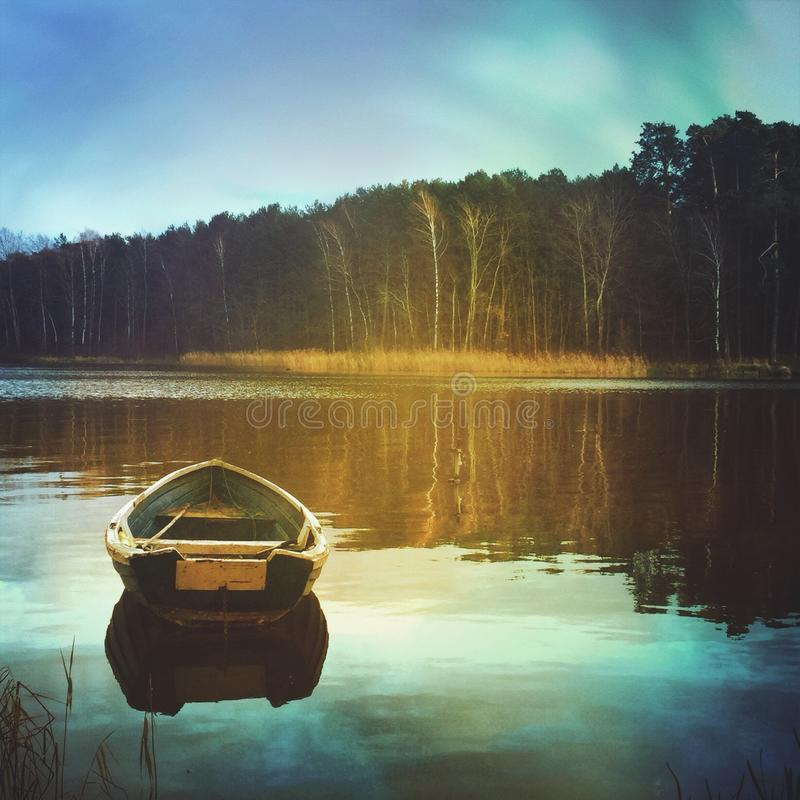 Leeres Boot auf dem See stockbild