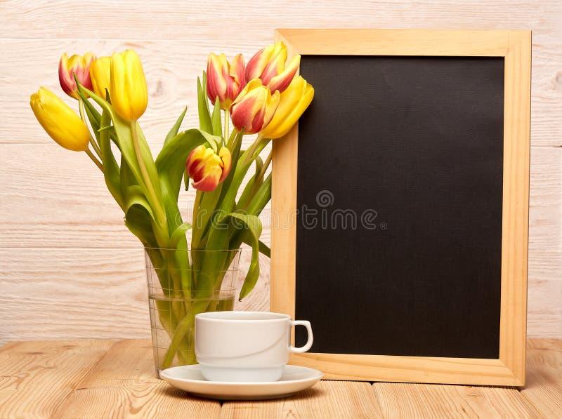 Download Leeres Brett, Blumen Und Tasse Kaffee Stockfoto - Bild von menü, reklameanzeige: 90231712