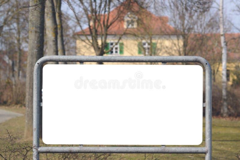 Leeres Brett mit Haus im Hintergrund stockfotografie