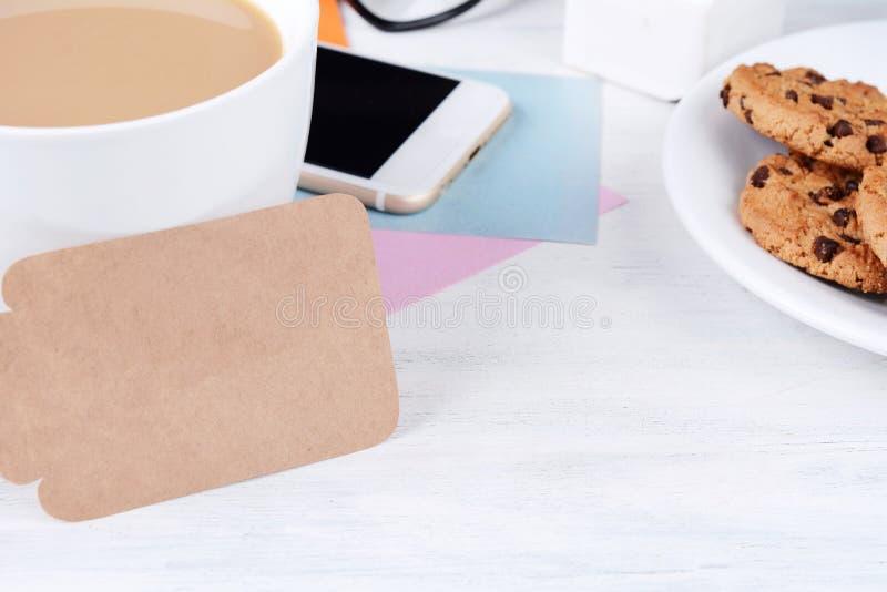 Leeres Briefpapier mit Kaffee, Plätzchen und Taschenrechner lizenzfreie stockfotos