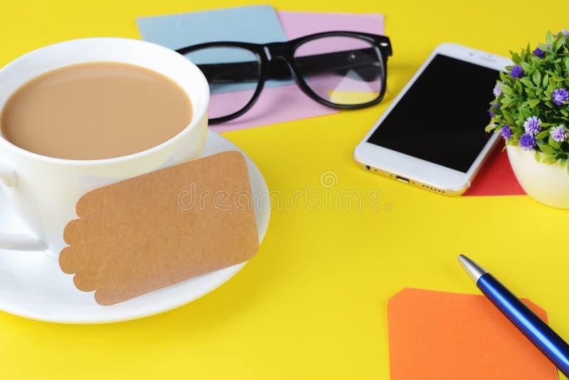 Leeres Briefpapier mit Kaffee, Plätzchen und Taschenrechner lizenzfreies stockbild