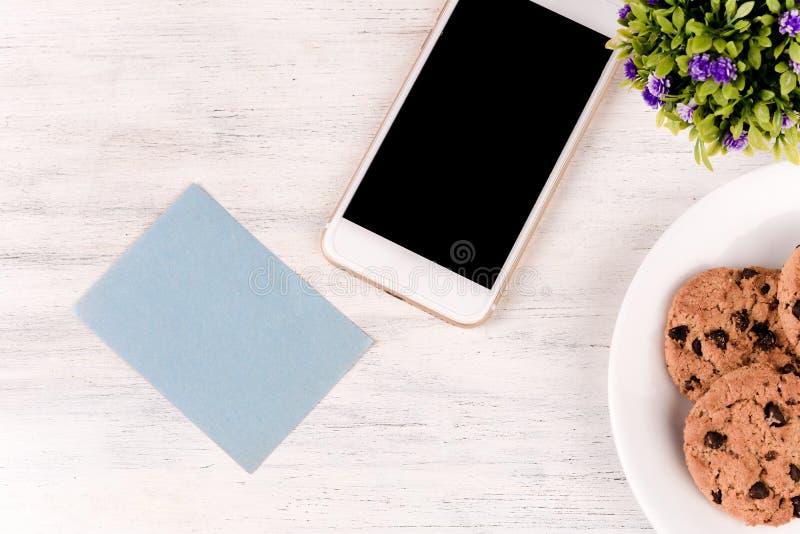 Leeres Briefpapier mit Kaffee, Pl?tzchen und Handy lizenzfreie stockbilder