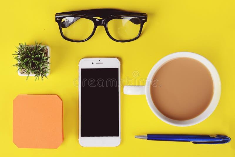 Leeres Briefpapier mit Plastiktasse kaffee, Stift, Telefon und glas lizenzfreie stockbilder