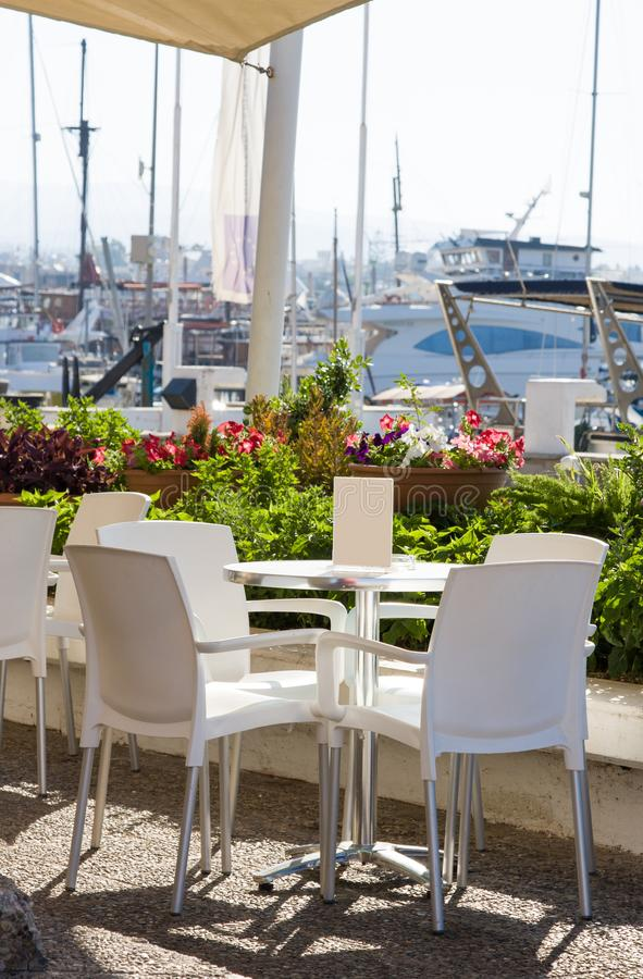 Leeres Café im Seehafen stockfotografie