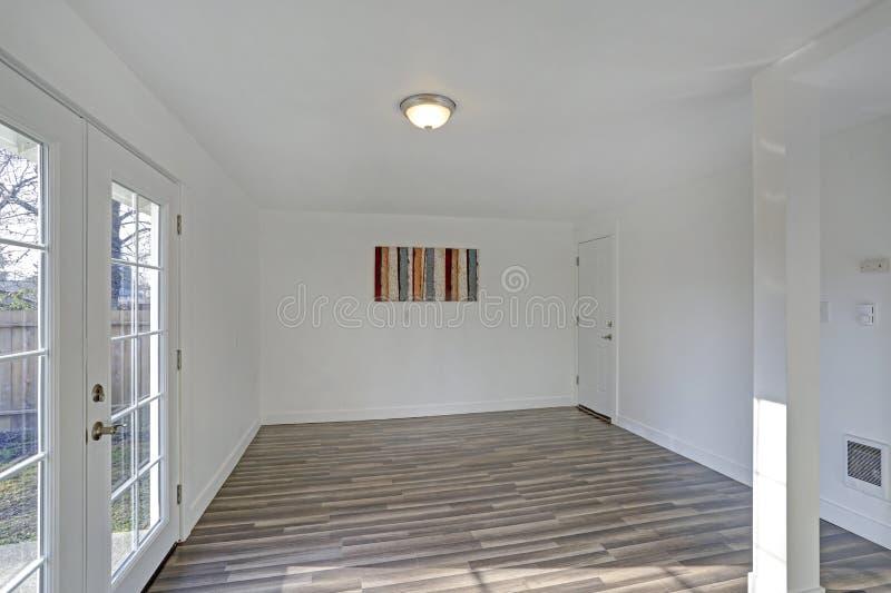 Leeres Esszimmer Reinweißwände machen den Raum geräumig lizenzfreies stockbild