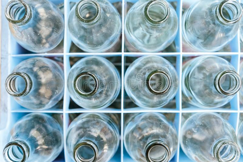 Leeres Flaschenglas in der Reihe stockbild