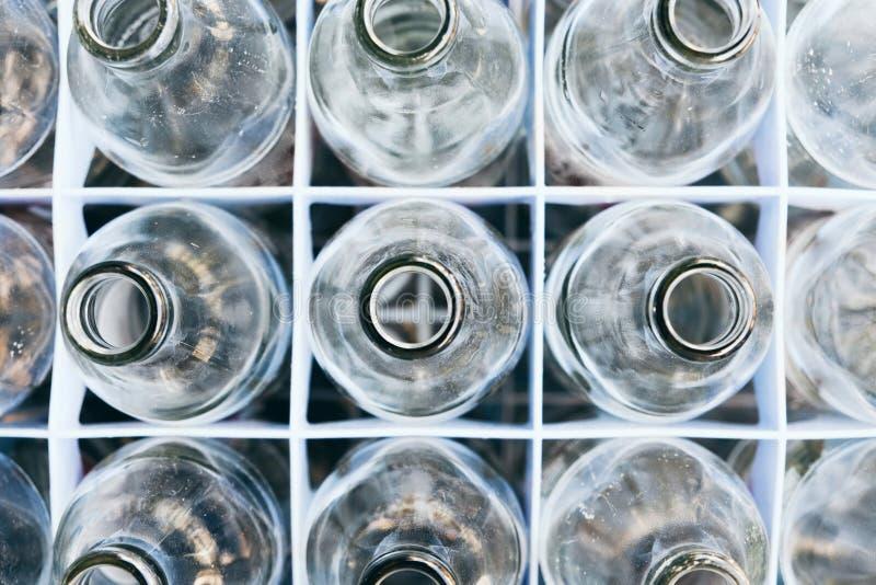 Leeres Flaschenglas in der Reihe lizenzfreie stockfotografie