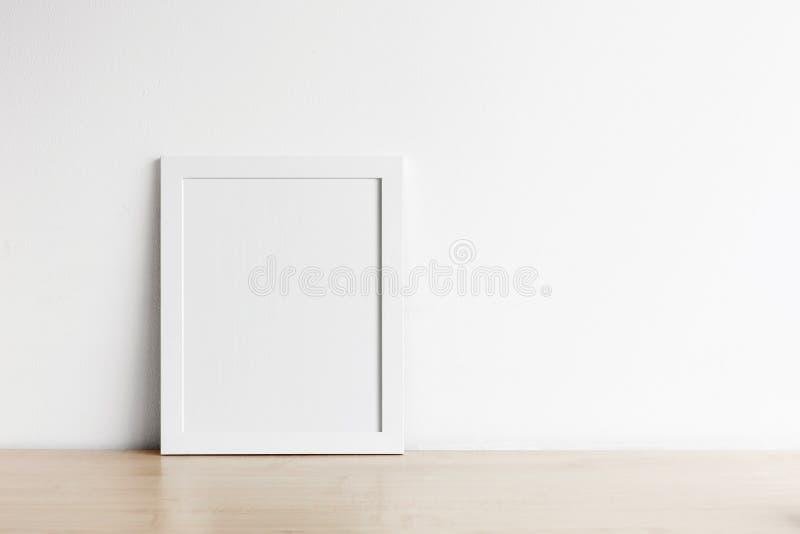 Leeres Fotorahmenmodell auf hölzerner Tabelle stockfoto