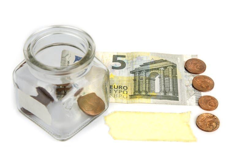 Leeres Glas mit Münzen und Banknote mit leerem Aufkleber Illustration 3d auf weißem Hintergrund stockfoto
