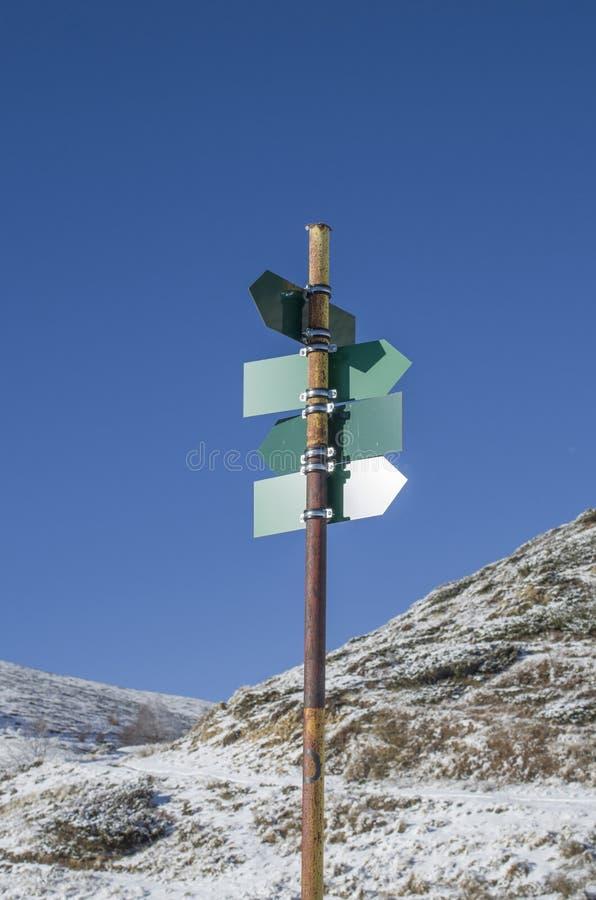 Leeres grünes Richtungs unterzeichnet herein Berg lizenzfreie stockbilder
