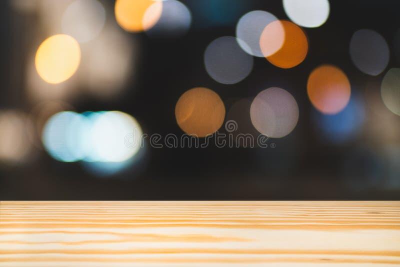 Leeres Holztischoberdeck, Kopienraumregal für Anzeigenshow-Produktwerbungsmontage, Unschärfe bokeh Lichthintergrund nachts stockbild