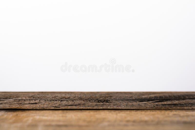 Leeres Holztischspitzen lokalisiert auf weißem Hintergrund stockfotografie