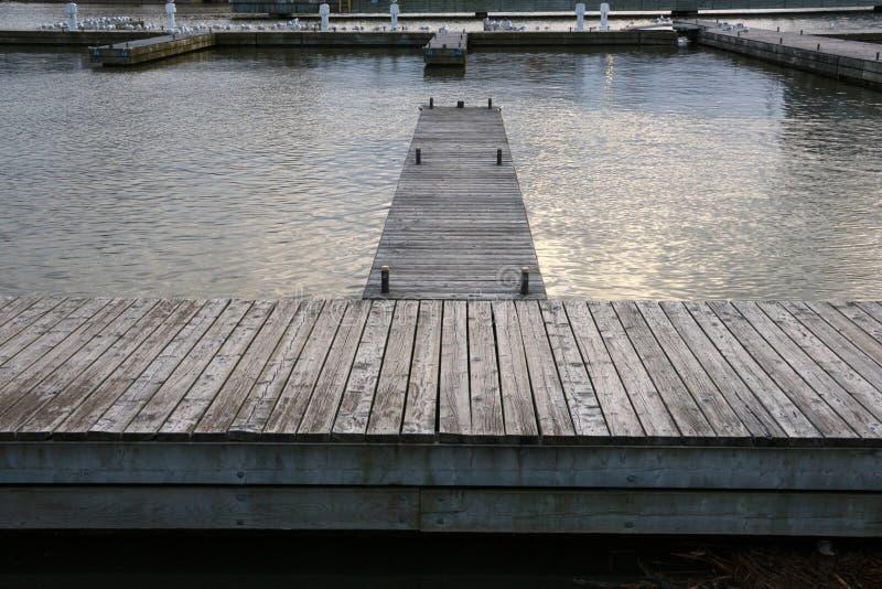 Leeres Jachthafendock lizenzfreie stockbilder