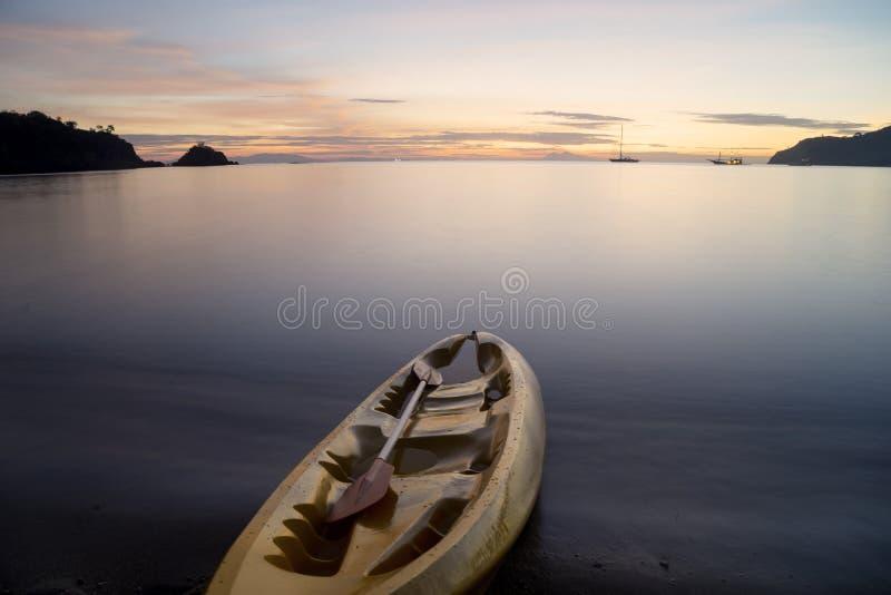 Leeres Kanu, das auf das Meer schwimmt lizenzfreies stockfoto