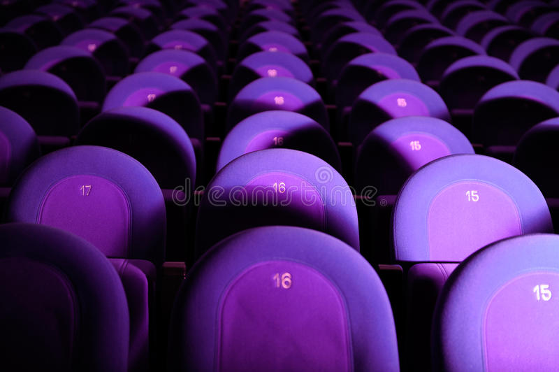 Leeres Kino mit purpurroten Sitzen stockbilder