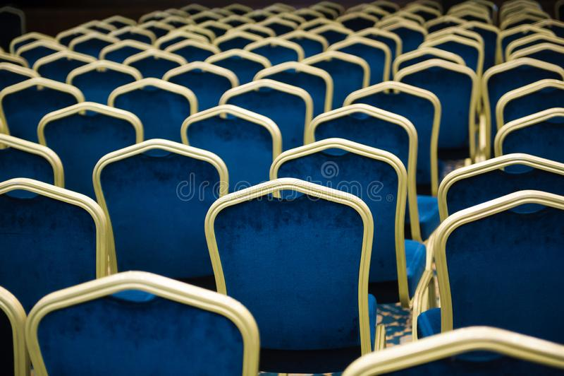 Leeres Kinoauditorium viele blauen Samtstühle in Folge lizenzfreie stockfotos