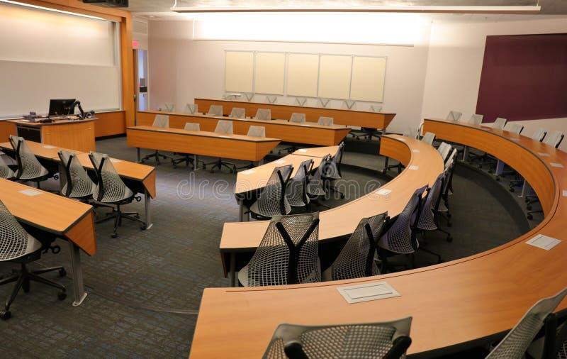 Leeres Klassenzimmer mit Projektor u. leerem Bildschirm lizenzfreie stockbilder