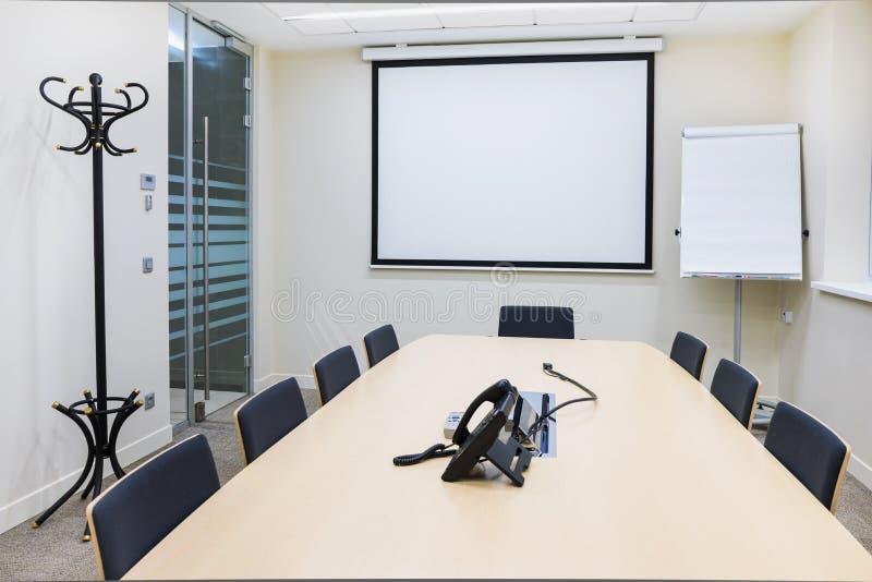 Leeres kleines helles Konferenzzimmer stockfoto