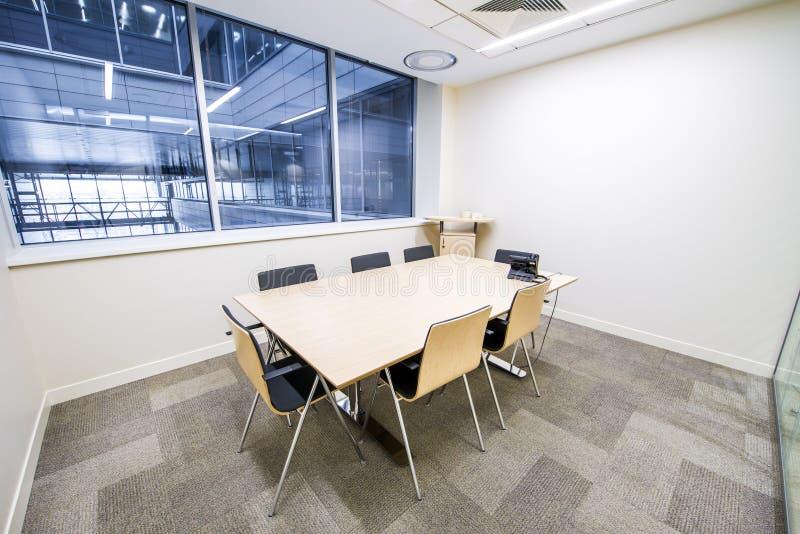 Leeres kleines Konferenzzimmer Heller moderner Innenraum lizenzfreies stockbild