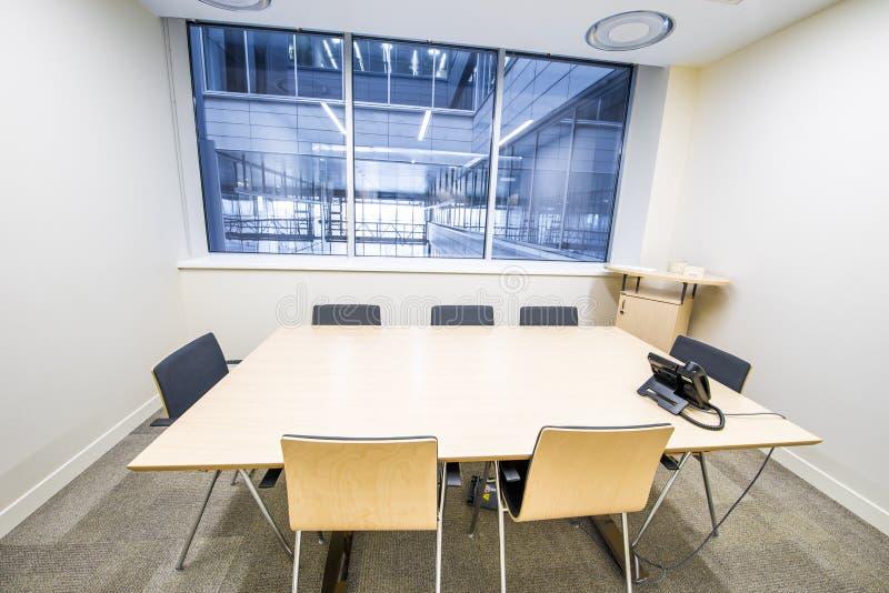 Leeres kleines Konferenzzimmer Heller moderner Innenraum lizenzfreie stockfotografie