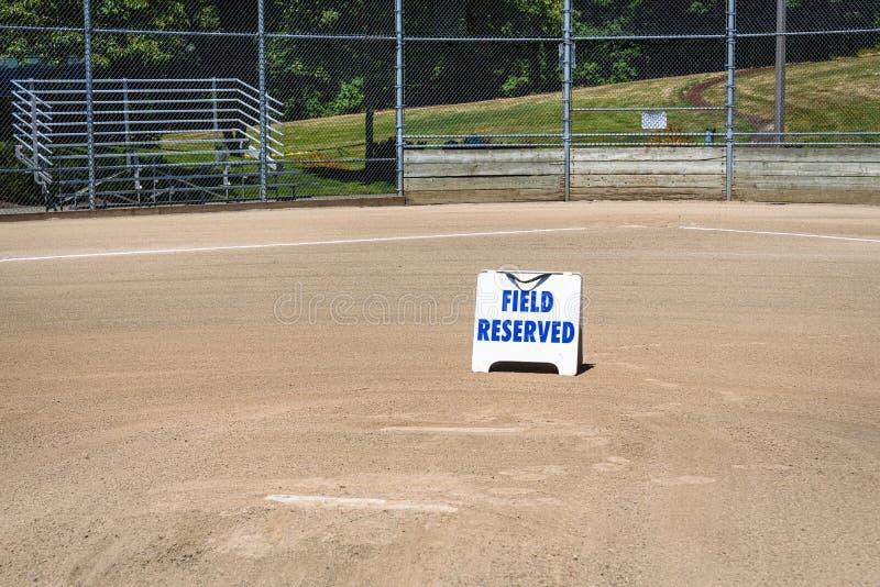 Leeres lokales Baseballfeld auf einem sonnigen Tag, auf der Ansicht des Hügels des Werfers, am Schlagmal und auf den Zuschauertri stockfotografie