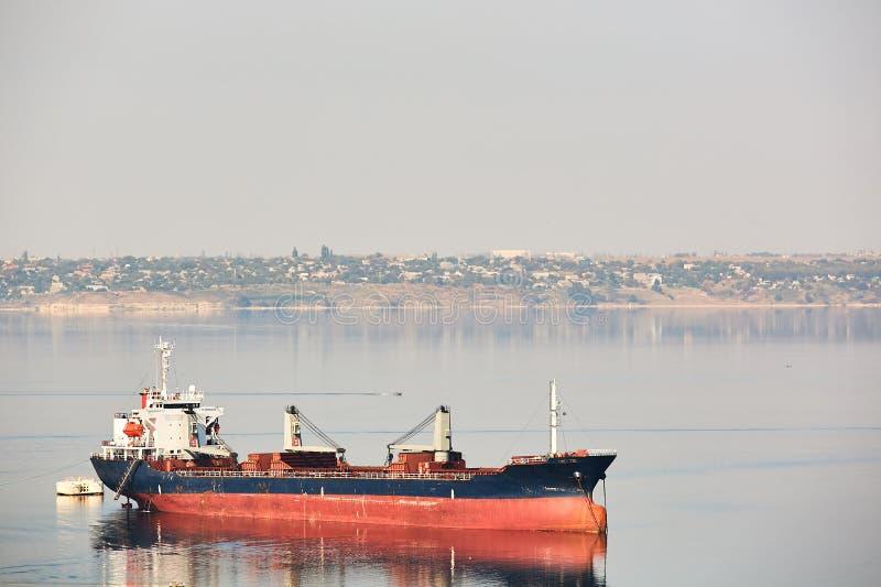 Leeres Massengutschiffschiff mit Plattform streckt Segeln auf einem Flussruhewasser lizenzfreies stockbild