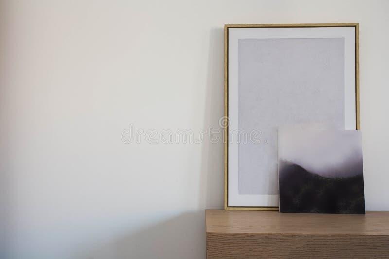 Leeres Modell des Holzrahmens zwei Innenplakatentwurf auf scandanavian Entwurf der weißen Wand stockfoto
