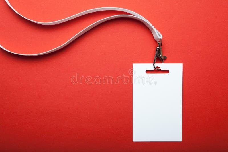 Leeres Namensschild, mit weißer Abzugsleine auf Rot Namensschild ist f?r Ihren Text leer Spott oben stockbilder