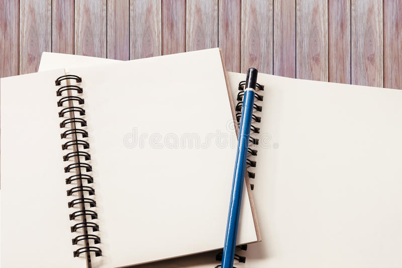 Leeres Notizbuch mit hölzernem Hintergrund lizenzfreie stockbilder