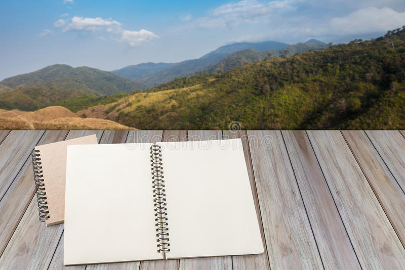 Leeres Notizbuch mit hölzernem Hintergrund stockfotografie