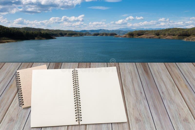 Leeres Notizbuch mit hölzernem Hintergrund lizenzfreie stockfotos